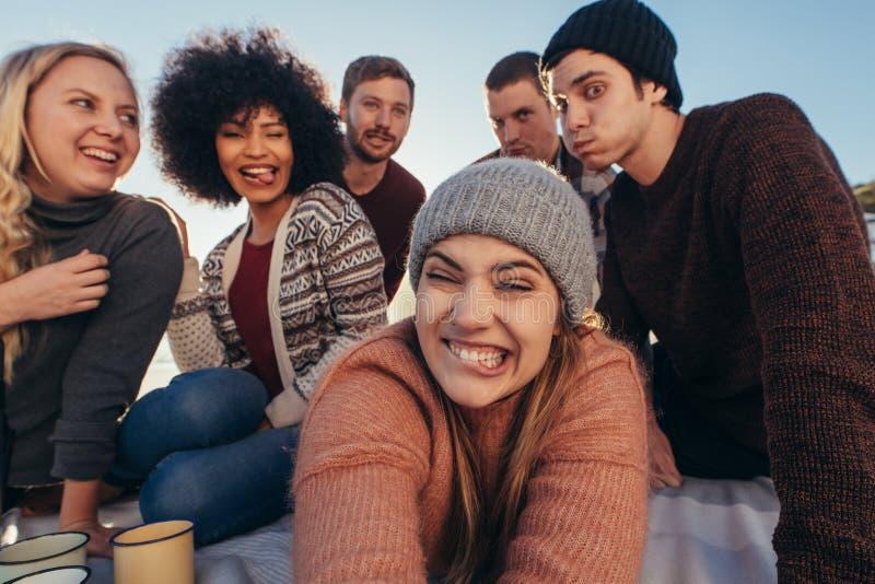 Amigos que hacen caras divertidas mientras que toma el selfie fotos de archivo