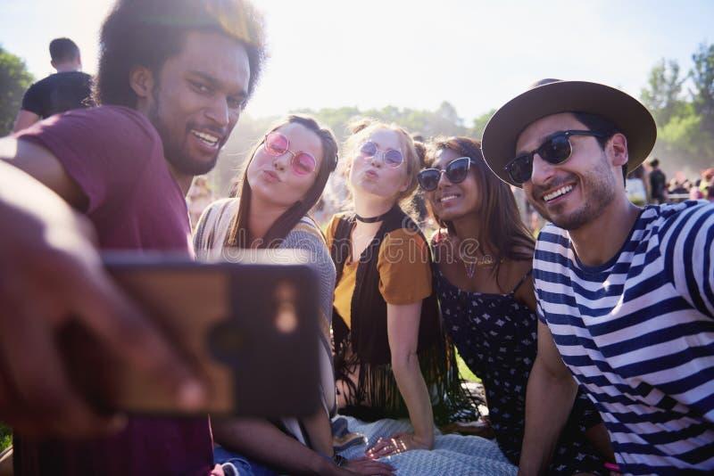 Amigos que hacen el selfie en el festival del verano fotografía de archivo libre de regalías