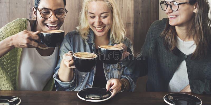 Amigos que hacen frente a concepto de la cafetería de la felicidad imagenes de archivo