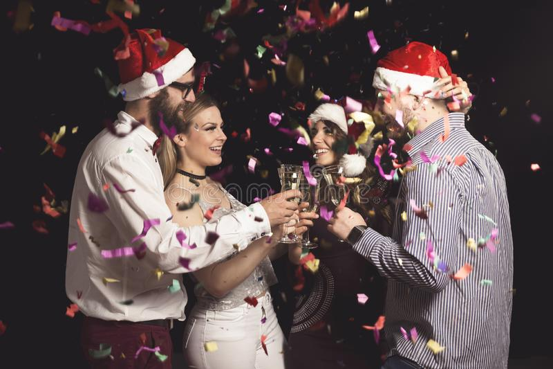 Amigos que hacen un tost en el partido del Año Nuevo fotos de archivo
