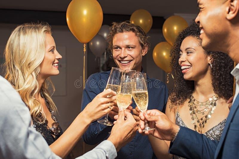 Amigos que levantam o brinde do vinho imagens de stock