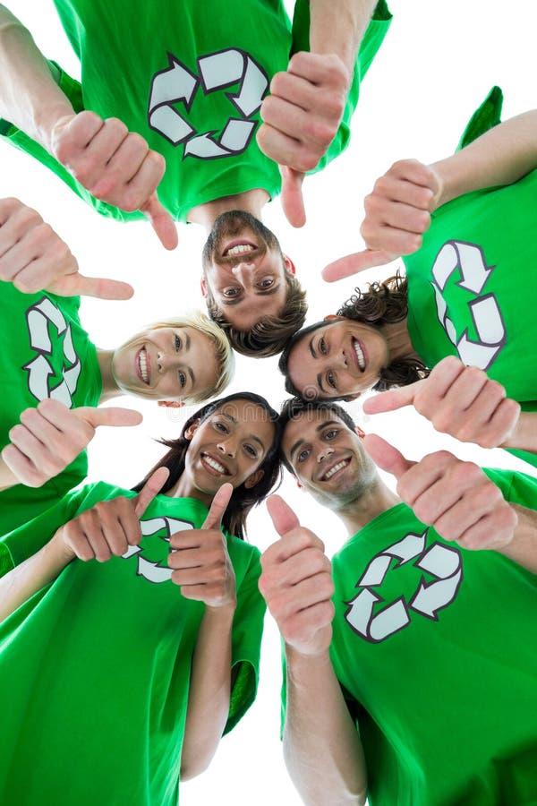 Amigos que llevan reciclando las camisetas que forman el grupo imagenes de archivo