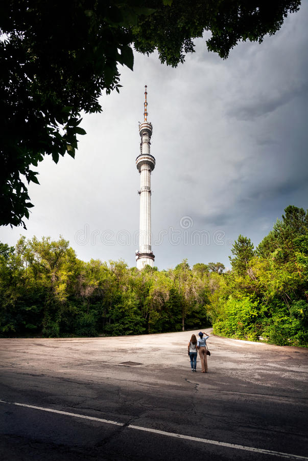 Amigos que miran la torre de la TV fotografía de archivo libre de regalías