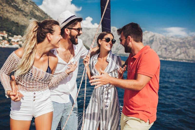 Amigos que navegam no iate F?rias, curso, mar, amizade e conceito dos povos imagem de stock royalty free