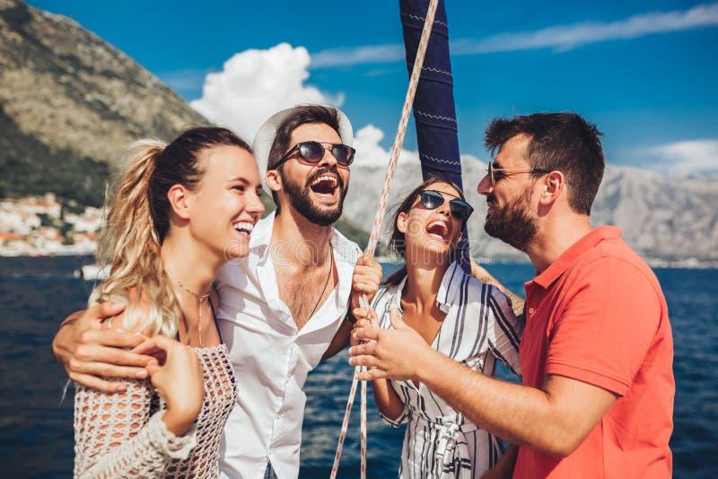Amigos que navegam no iate F?rias, curso, mar, amizade e conceito dos povos imagens de stock royalty free