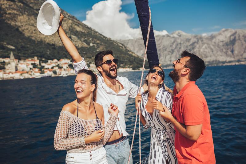 Amigos que navegam no iate F?rias, curso, mar, amizade e conceito dos povos fotografia de stock