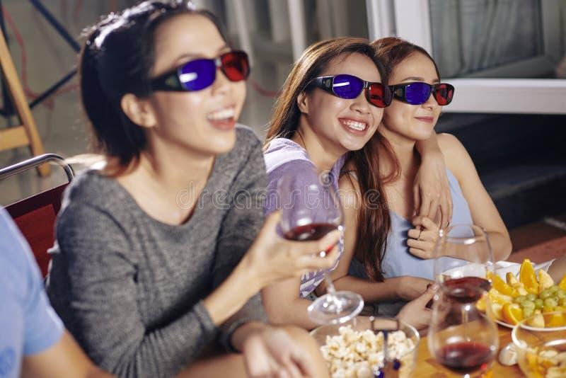 Amigos que olham o filme da comédia fotografia de stock