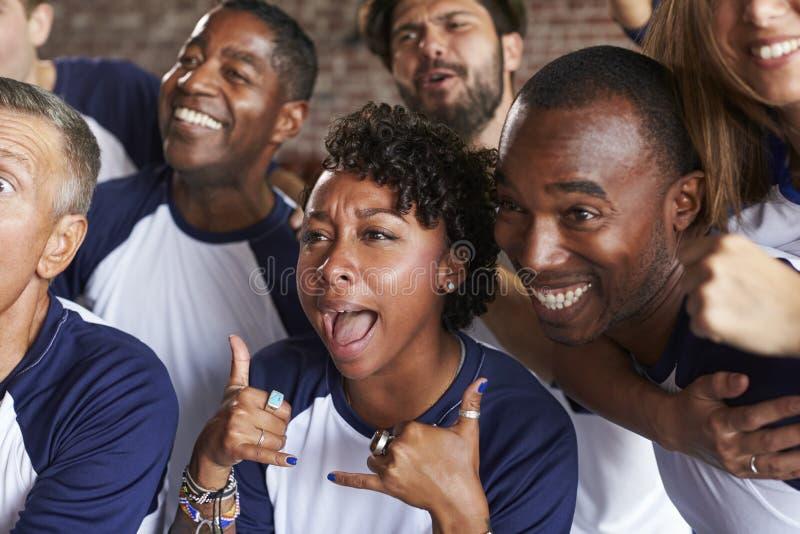 Amigos que olham o jogo na comemoração da barra de esportes fotos de stock royalty free