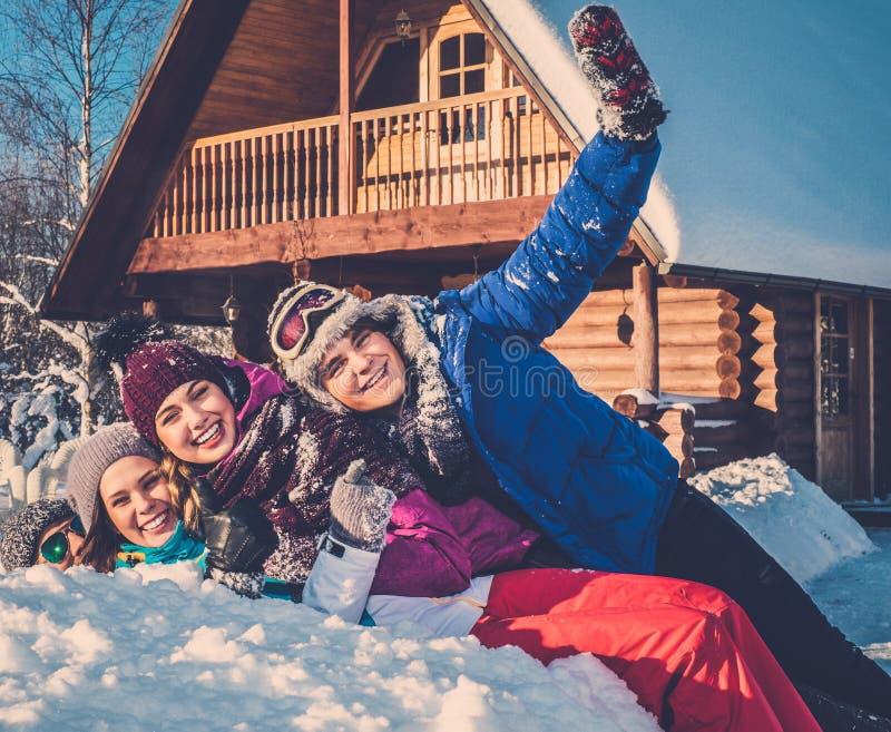 Amigos que pasan vacaciones de invierno foto de archivo