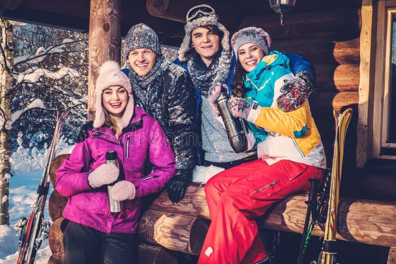 Amigos que pasan vacaciones de invierno imagen de archivo libre de regalías