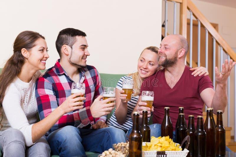 Amigos que penduram para fora com cerveja imagem de stock
