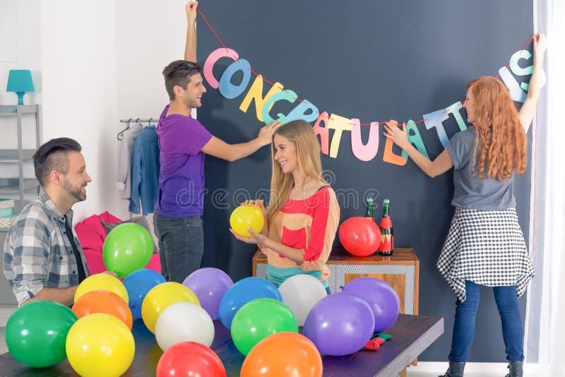 Amigos que preparam o partido das felicitações imagens de stock royalty free