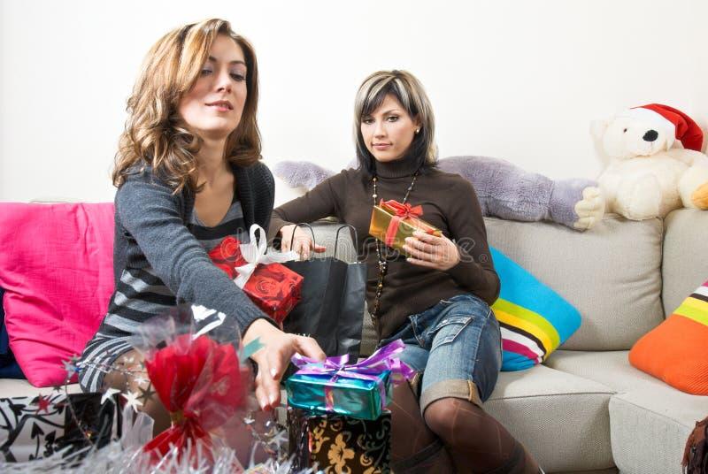 Download Amigos Que Preparan Regalos De Navidad Imagen de archivo - Imagen de casquillo, paquete: 7278641