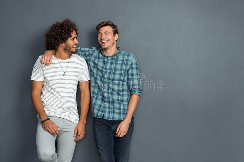 Amigos que ríen y que gozan fotos de archivo libres de regalías