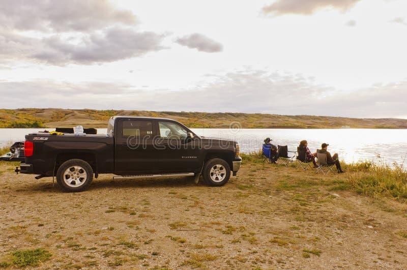 Amigos que relaxam e que pescam em um lago foto de stock royalty free