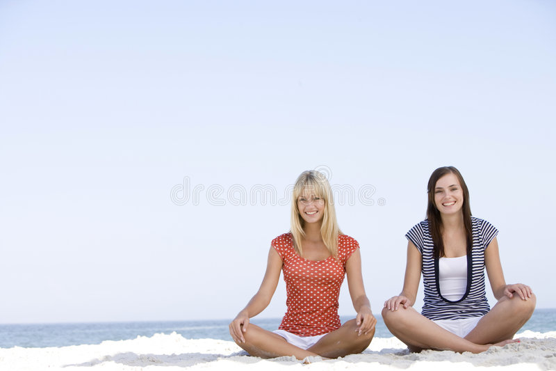 Amigos que relaxam na praia fotografia de stock