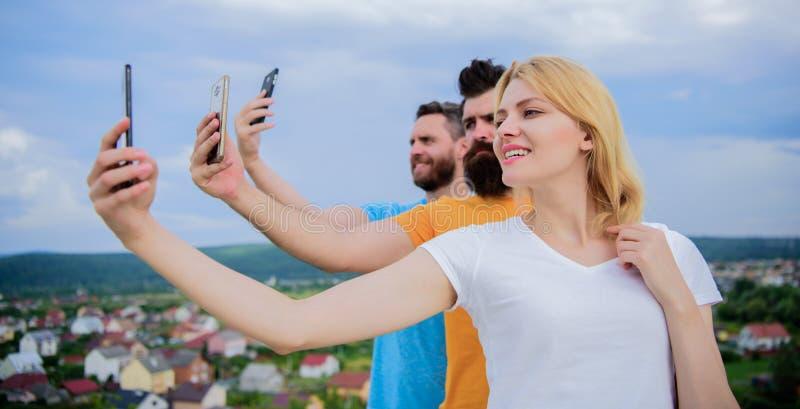 Amigos que se divierten en el tejado, selfie de la toma Concepto de felicidad fotos de archivo