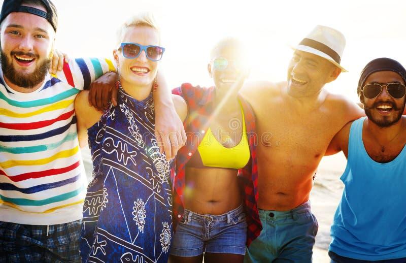 Amigos que se divierten en la playa foto de archivo libre de regalías
