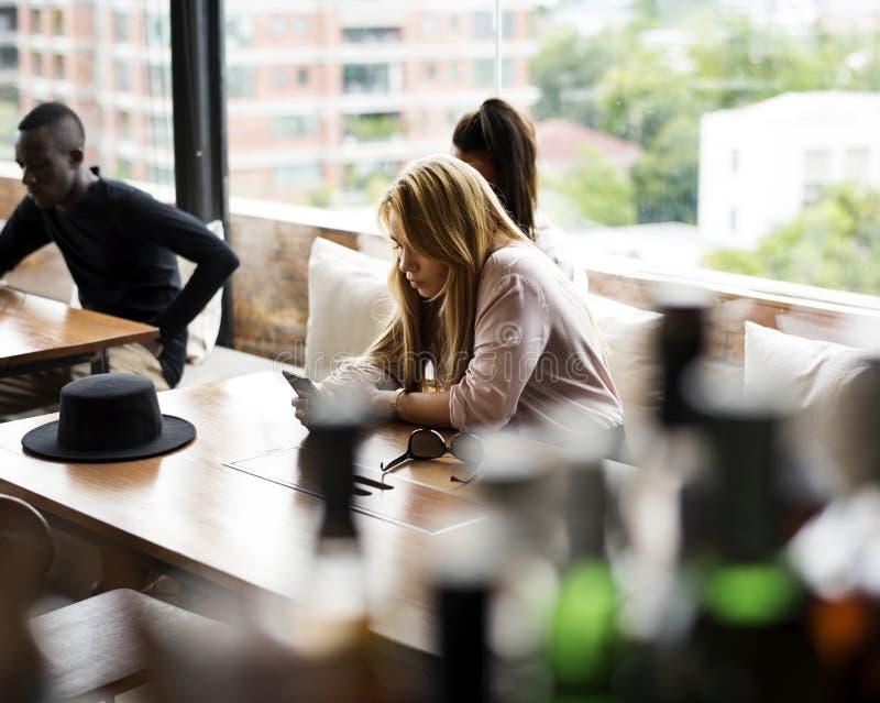 Amigos que se encuentran en el café imagen de archivo libre de regalías
