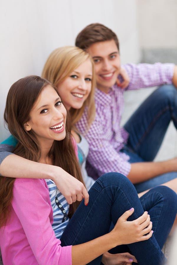Amigos Que Sentam-se Junto Fotos de Stock