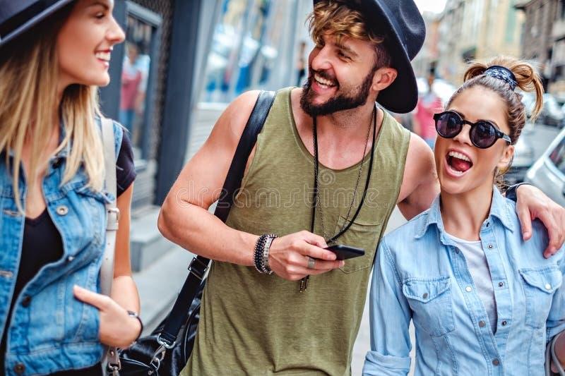 Amigos que sonríen en la calle fotos de archivo