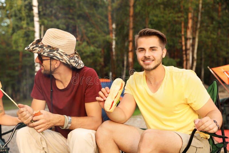 Amigos que têm o almoço fora no dia de verão imagens de stock