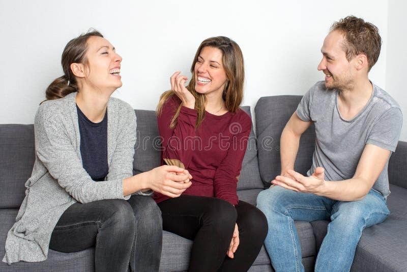Amigos que têm o divertimento foto de stock