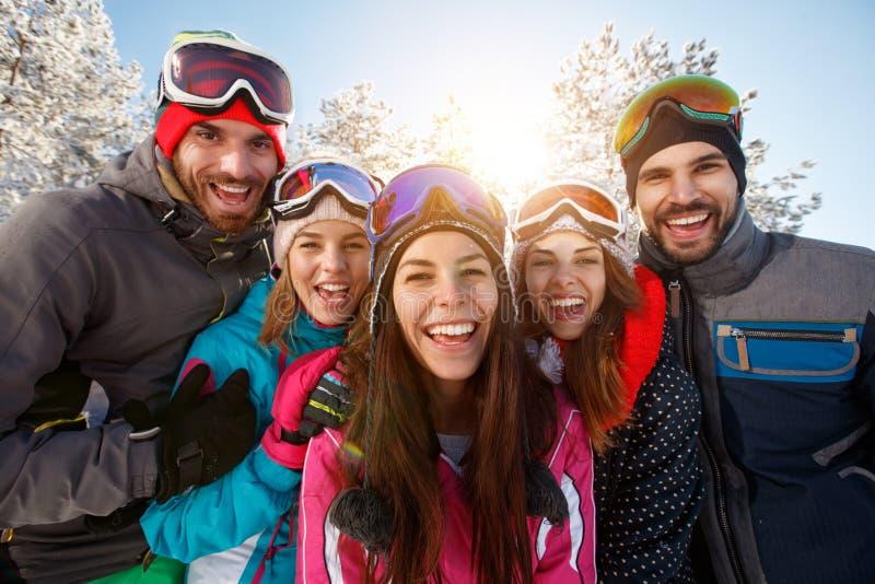 Amigos que têm o divertimento na natureza do inverno fotos de stock
