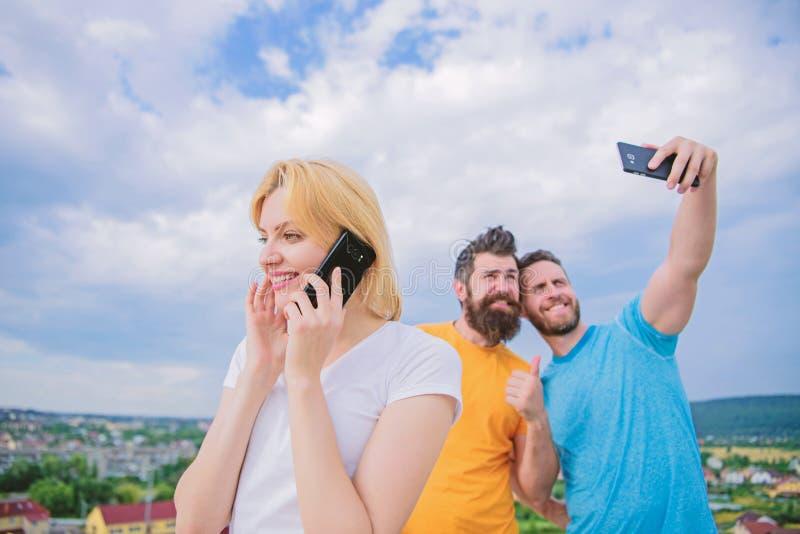 Amigos que t?m o divertimento no telhado, selfie da tomada Jovem mulher bonita t imagem de stock royalty free