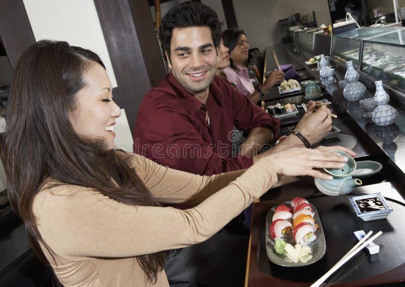 Amigos que tienen comida en el restaurante imágenes de archivo libres de regalías