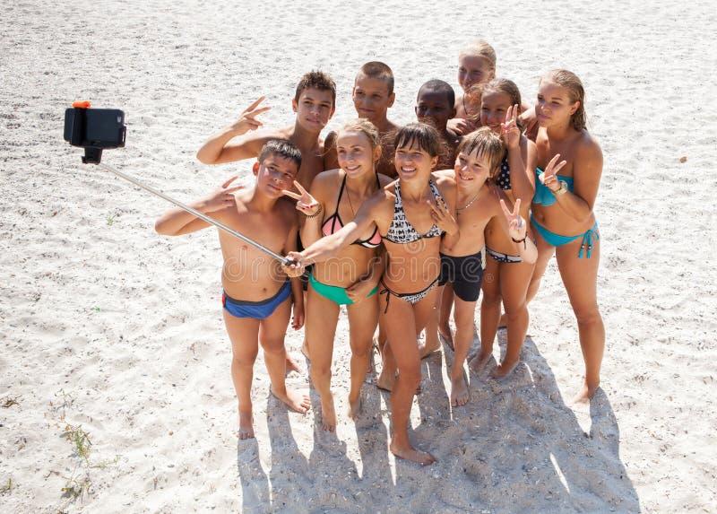 Amigos que toman el selfie con smartphone en la playa foto de archivo libre de regalías