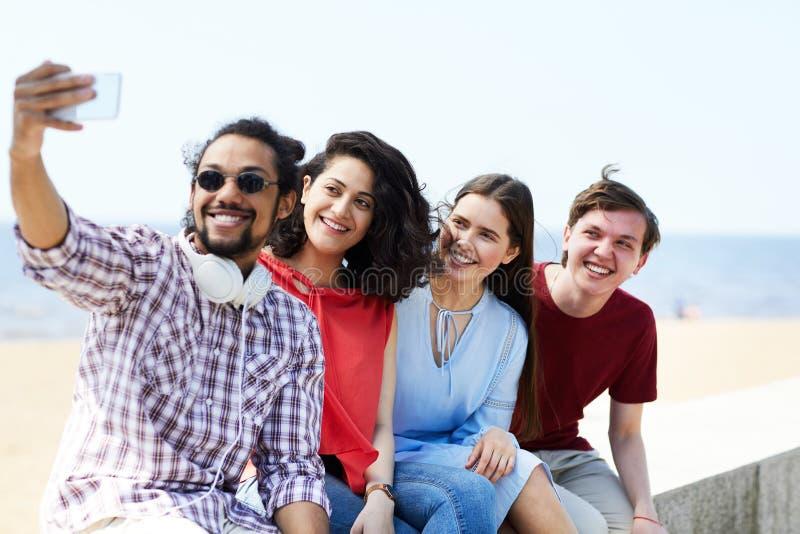 Amigos que toman el selfie en la playa fotos de archivo