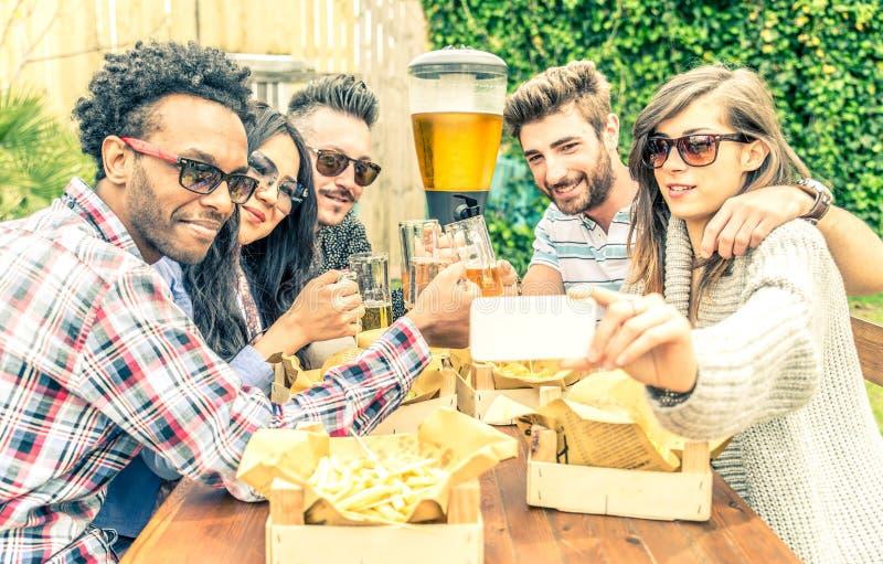 Amigos que toman el selfie en un restaurante imagen de archivo