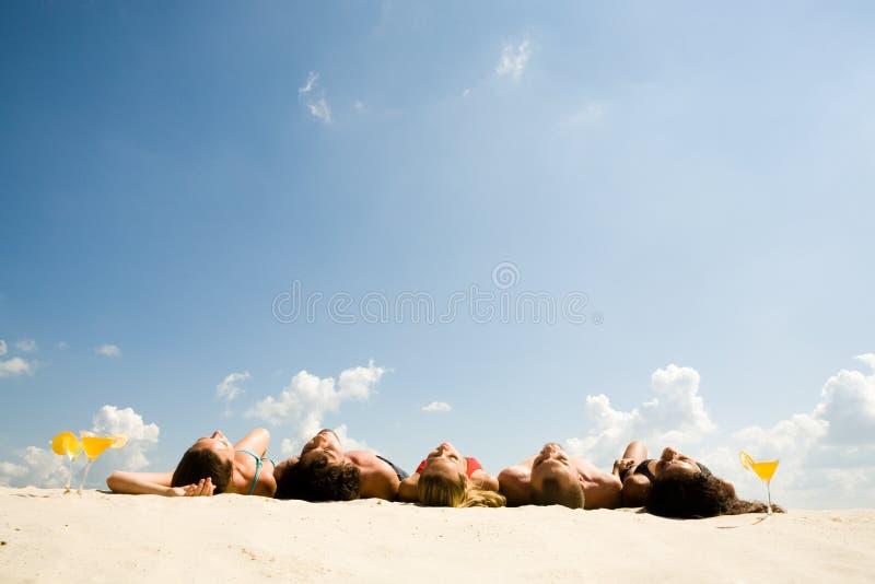 Amigos que toman el sol imagenes de archivo
