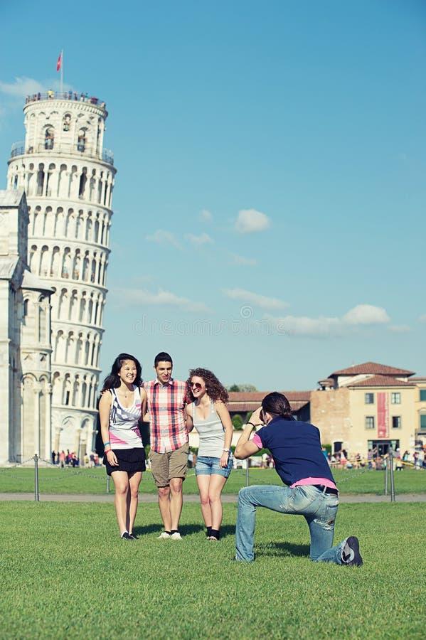 Amigos que toman la torre inclinada de Pisa de la pizca de la foto fotos de archivo