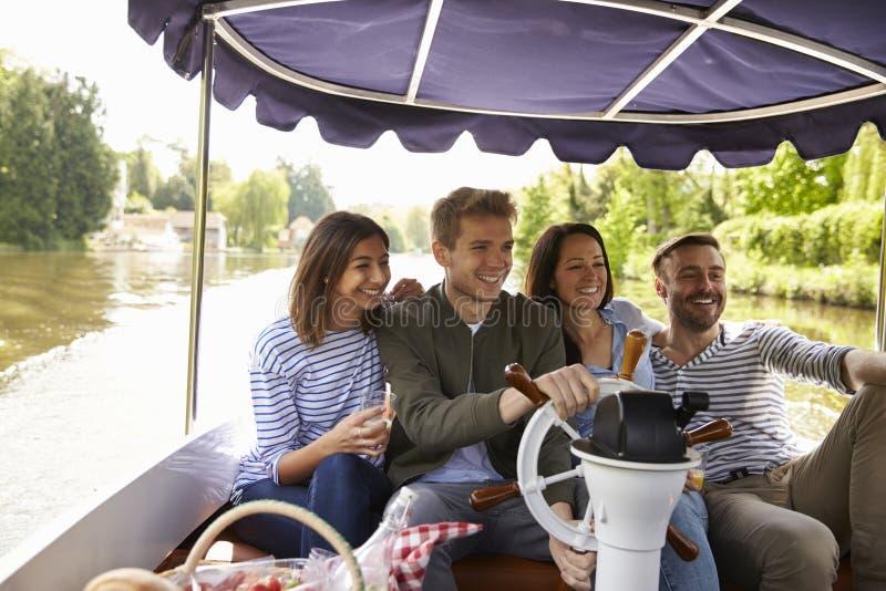 Amigos que toman Selfie durante paseo del barco en el río junto imágenes de archivo libres de regalías