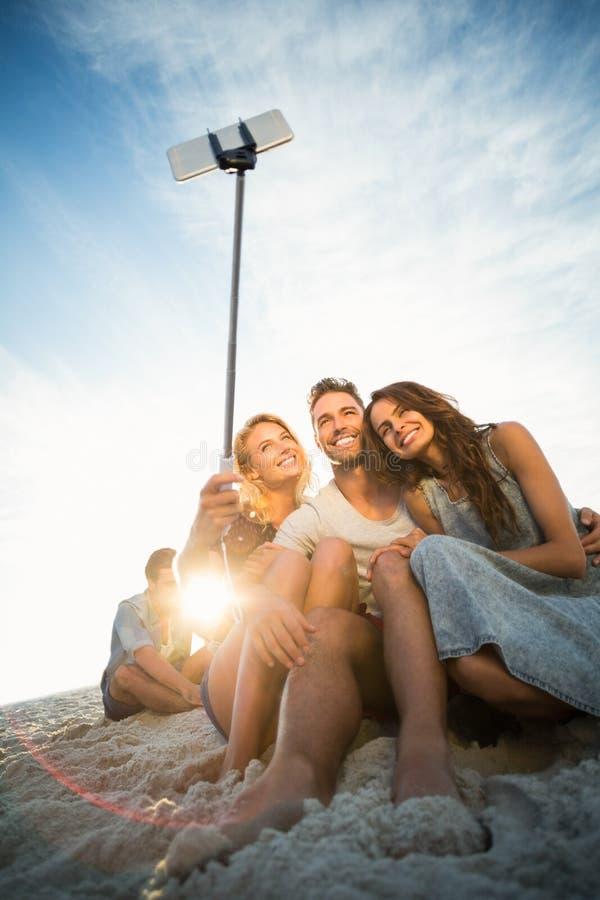 Amigos que toman un selfie fotos de archivo libres de regalías