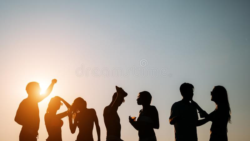 Amigos que van de fiesta durante vacaciones de verano fotos de archivo
