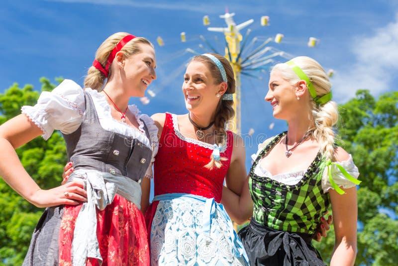 Amigos que visitam o festival popular bávaro imagens de stock