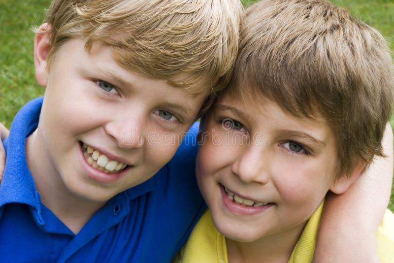 Amigos sonrientes fotografía de archivo libre de regalías