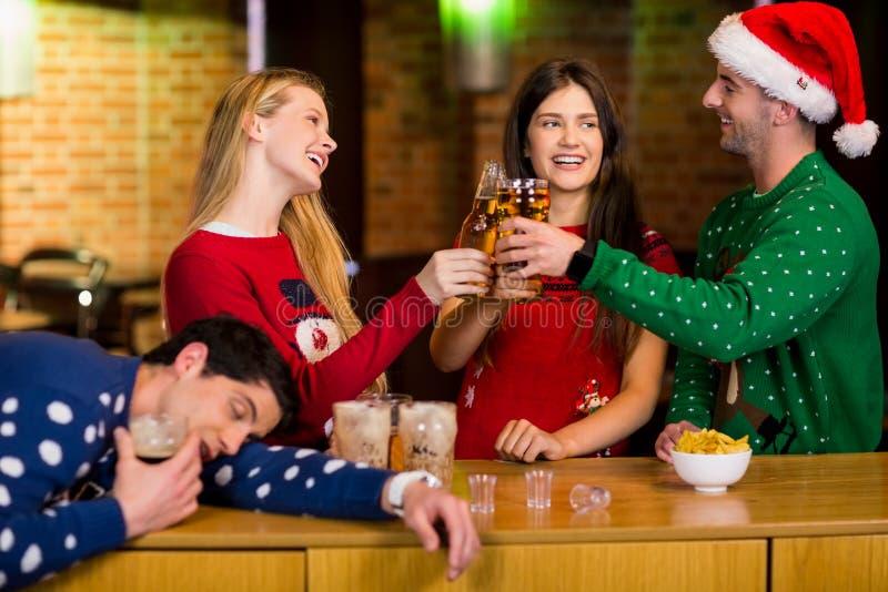 Amigos sonrientes con el accesorio de la Navidad fotografía de archivo libre de regalías