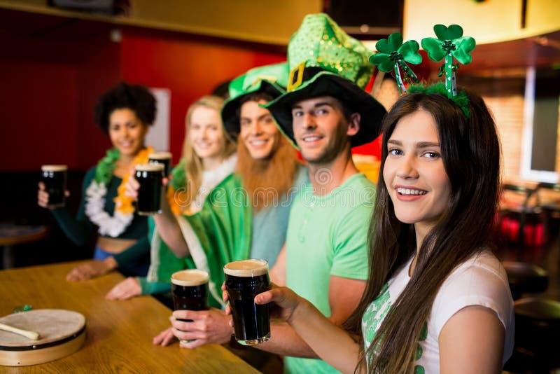 Amigos sonrientes con el accesorio irlandés foto de archivo libre de regalías