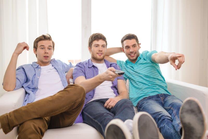 Amigos sonrientes con teledirigido en casa foto de archivo libre de regalías