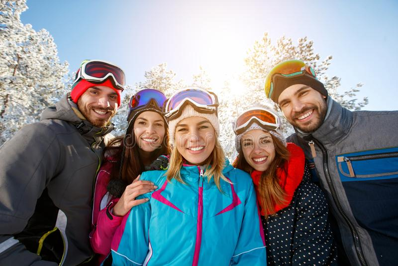 Amigos sonrientes el vacaciones del invierno fotografía de archivo libre de regalías