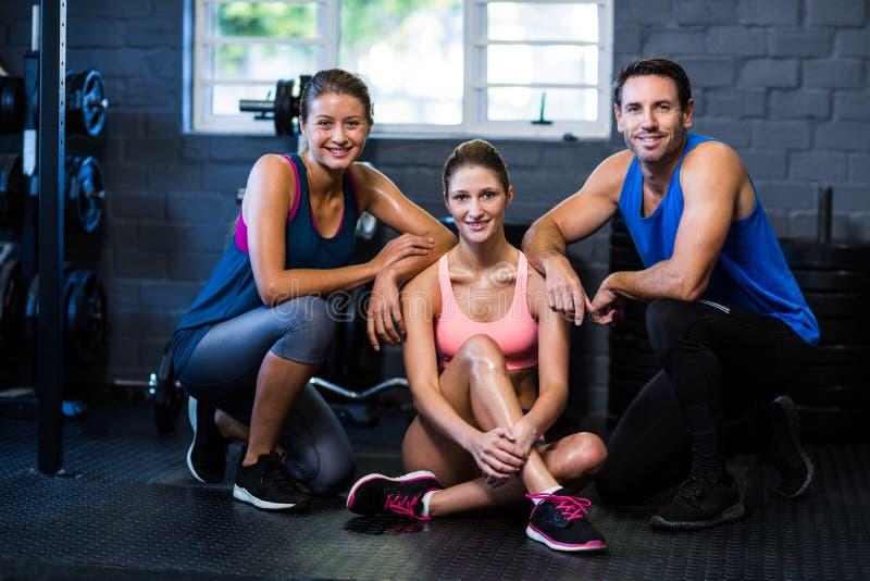Amigos sonrientes en gimnasio fotos de archivo libres de regalías