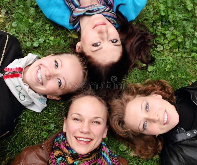 Amigos sonrientes felices jovenes imagen de archivo