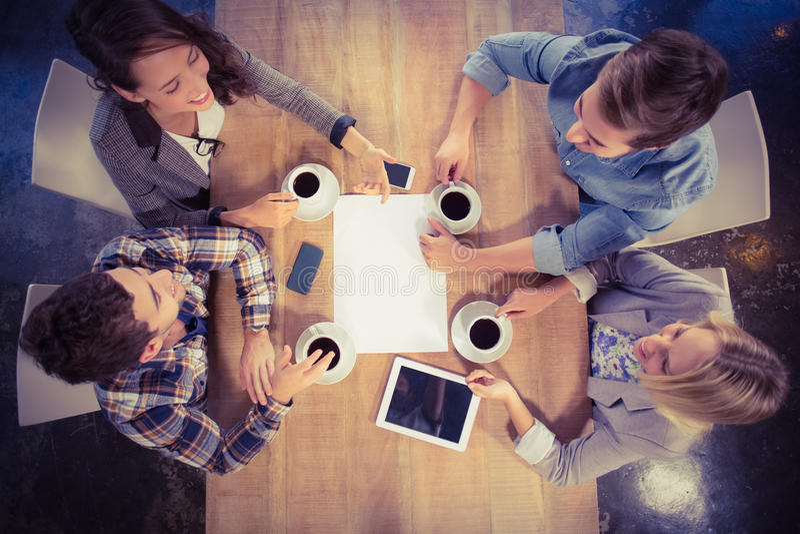 Amigos sonrientes que charlan y que beben el café imágenes de archivo libres de regalías