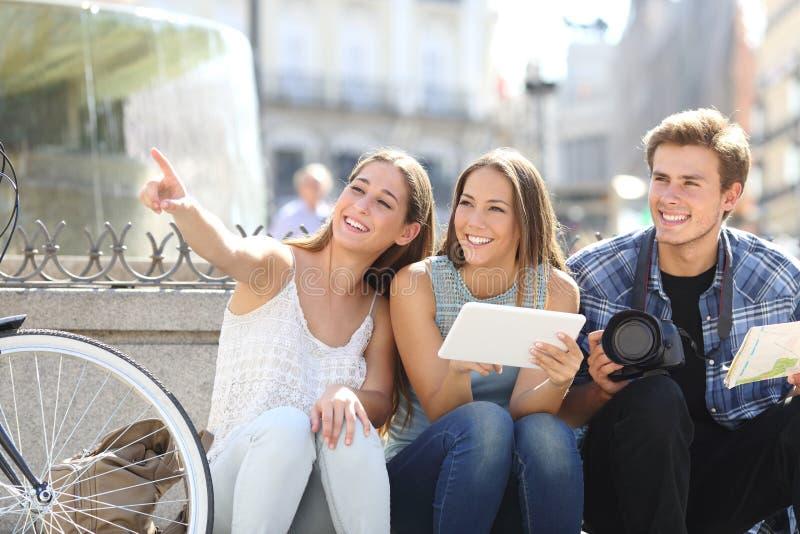 Amigos turísticos que buscan ubicaciones imagen de archivo
