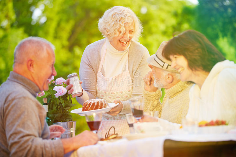 Amigos y gente mayor que celebran cumpleaños en el partido fotografía de archivo
