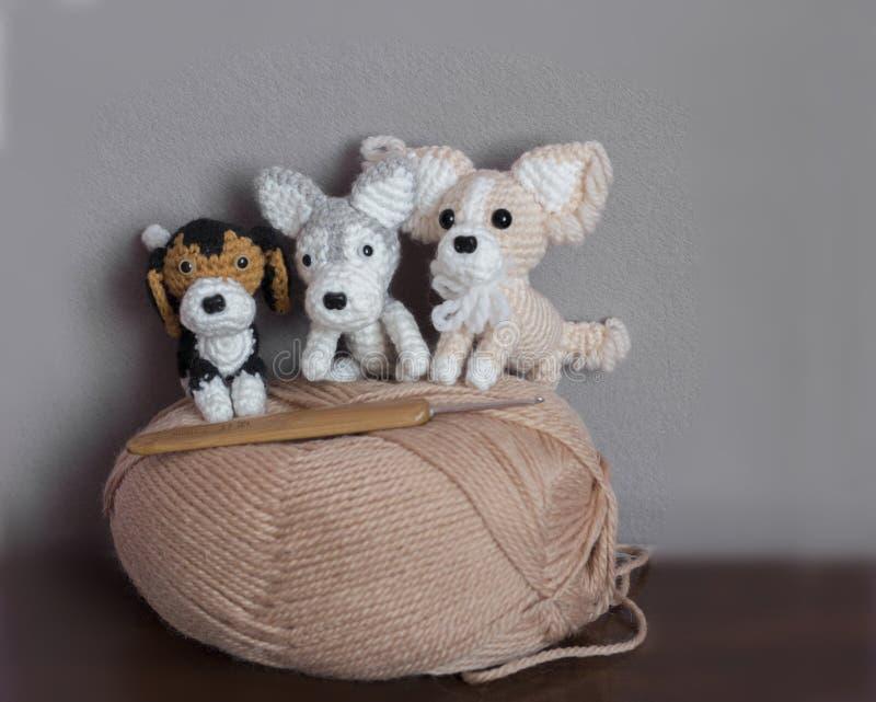 Amigurumi, nette kleine Hunde gehäkelt stockbilder